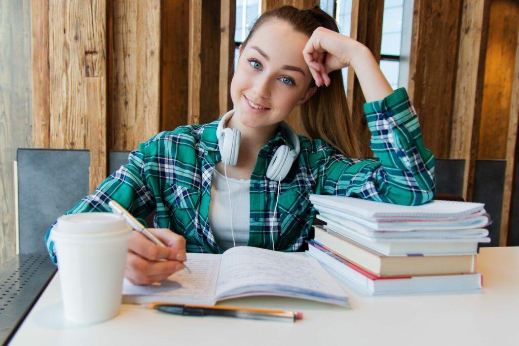 Studentské půjčky slouží k pokrytí výdajů spojených se studiem. Mohou jich využít jak vysokoškoláci, tak studenti středních škol.