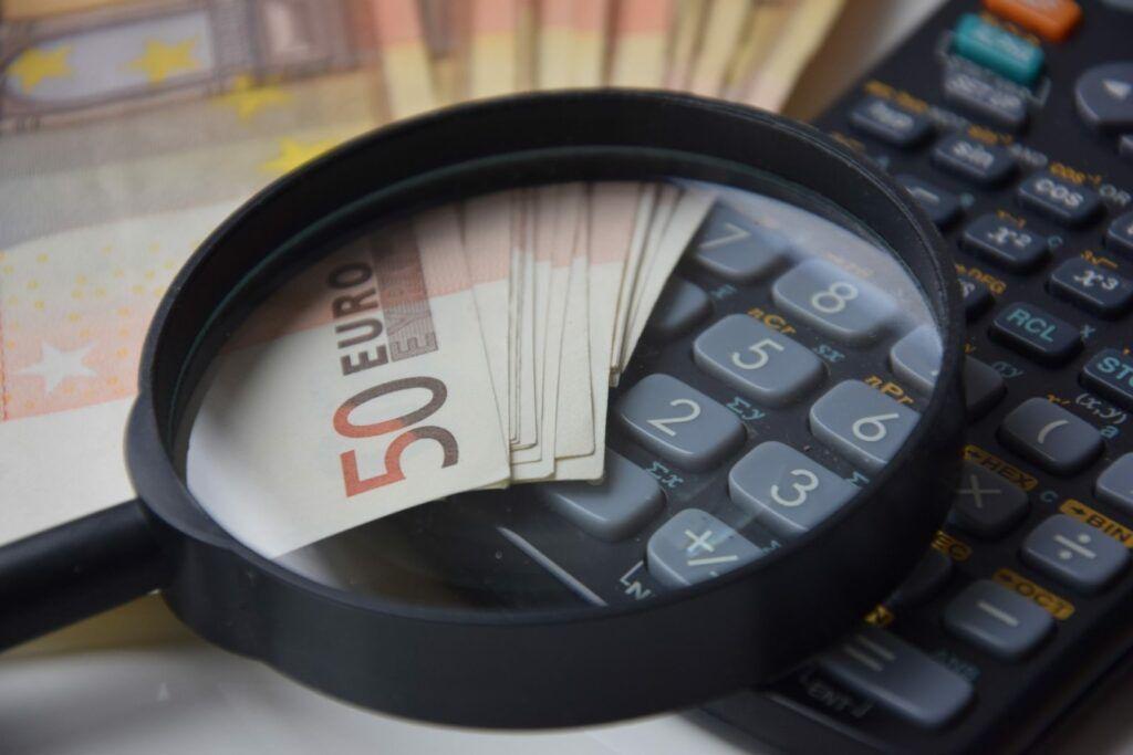 Díky konsolidaci půjček od Komerční banky lze ušetřit na úrocích a zlepšit svůj přehled o pravidelných měsíčních splátkách.