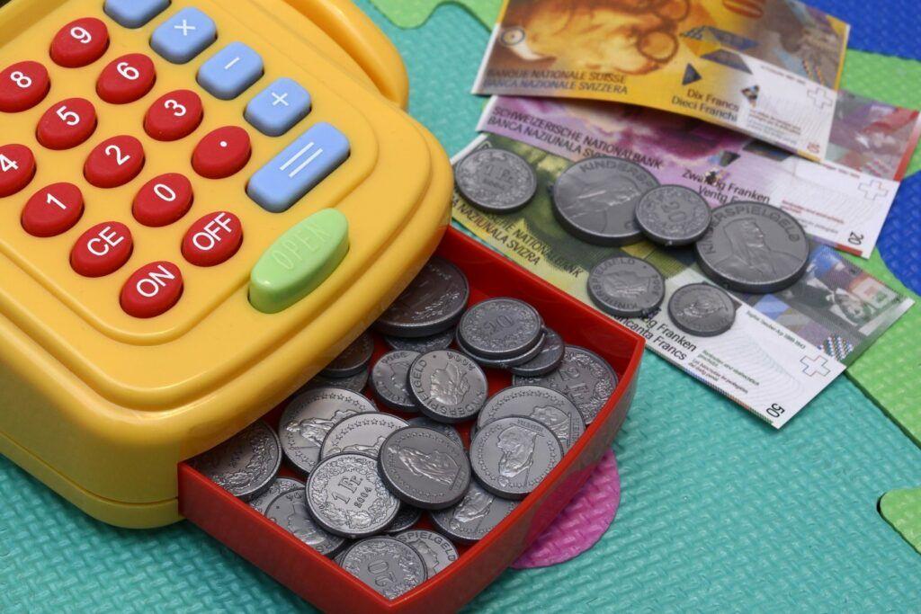 Díky vlastnímu bankovnímu účtu se děti od útlého věku učí poznávat hodnotu peněz.