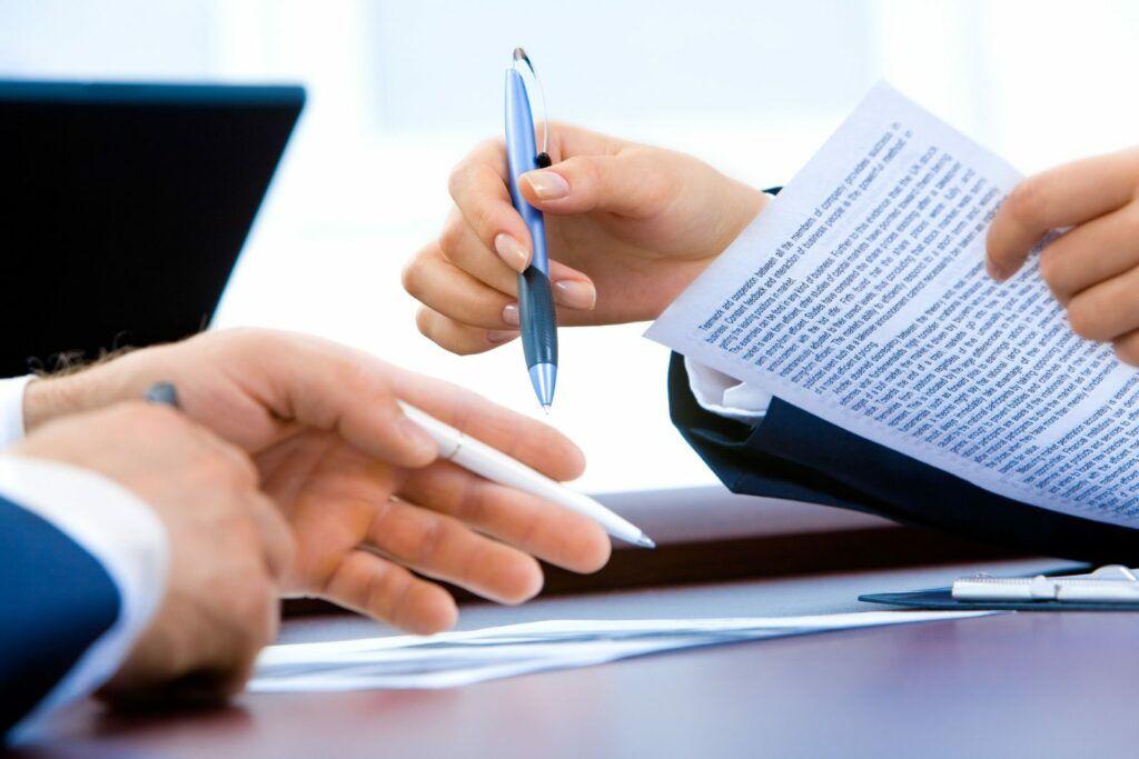 Každou smlouvu je před podepsáním nutné důkladně přečíst. U smluv týkajících se nebankovních úvěrů to platí dvojnásob.