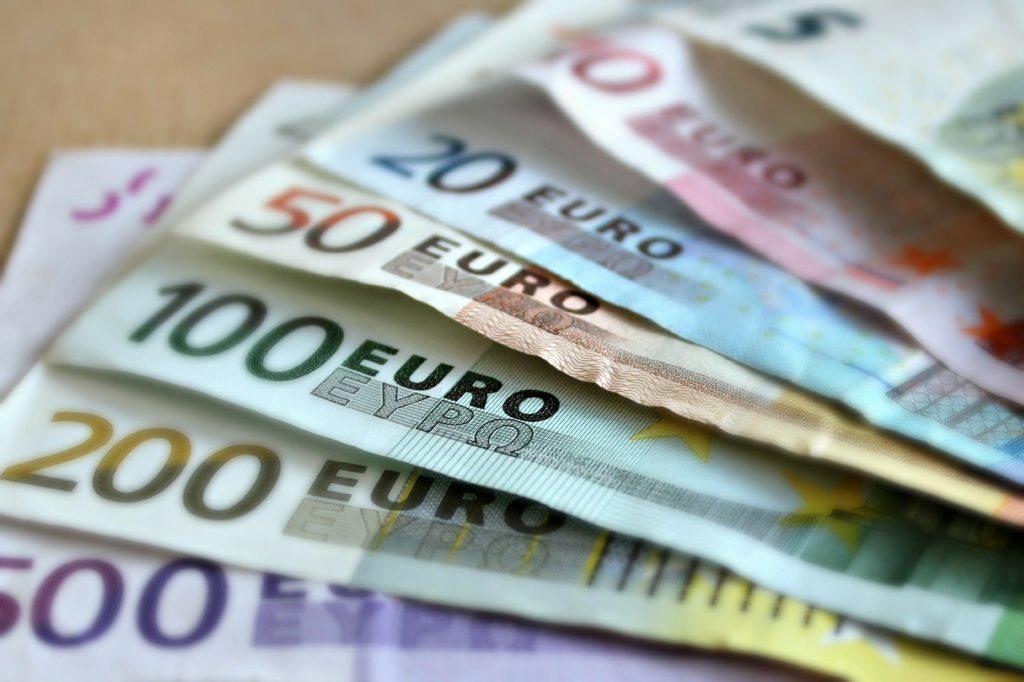 Předmětem úvěru jsou vždy peníze, předmětem půjčky může být jakýkoliv movitý majetek.