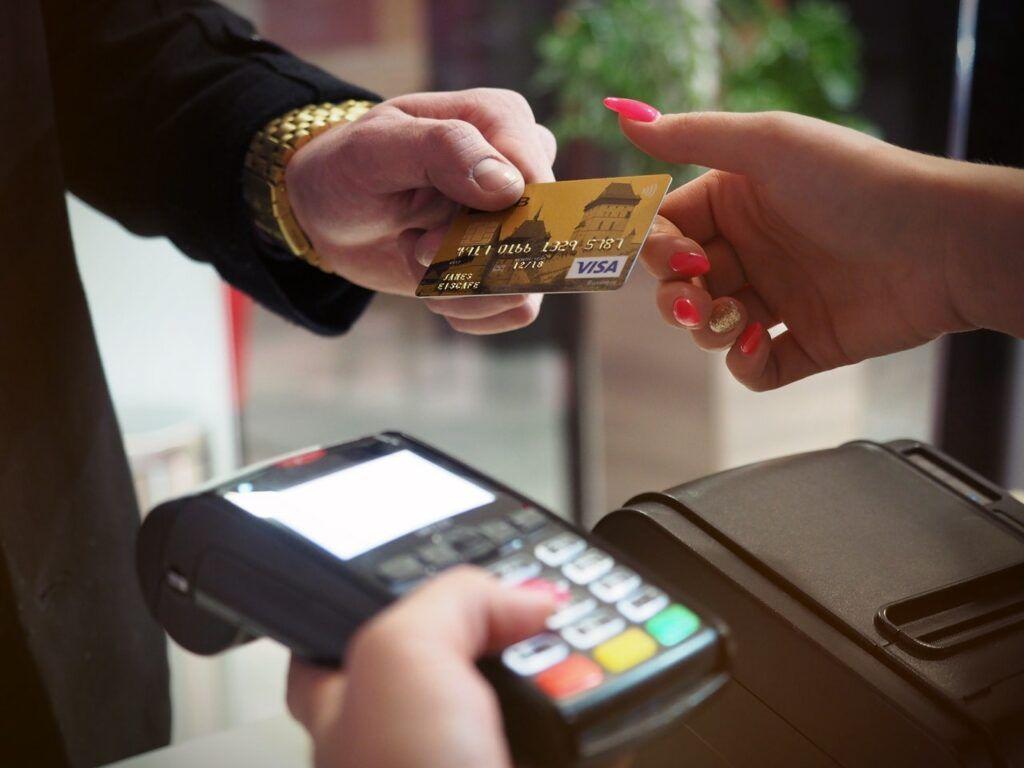 Ve snaze získat finanční prostředky na dárky si lidé před Vánoci často půjčují rizikovější úvěry.
