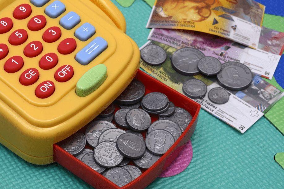 S vlastní platební kartou mohou děti využívat výhod bezhotovostních transakcí.