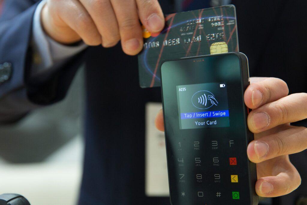 Dobíjecí platební kartou lze platit v kamenných prodejnách i na internetu.