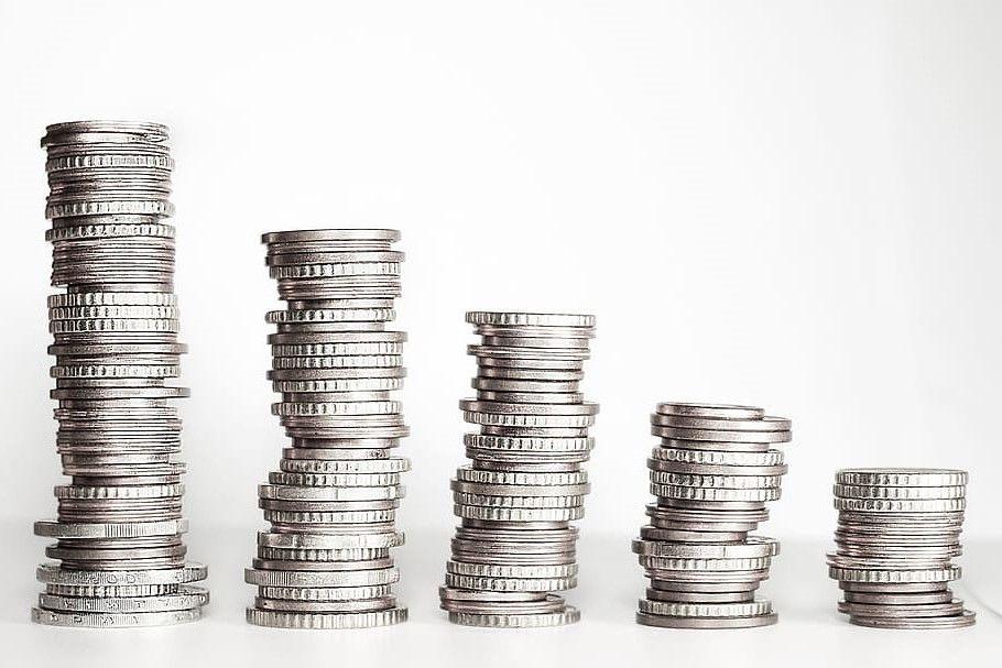 Úrokové sazby klesají také u spořicích účtů ostatních bank.