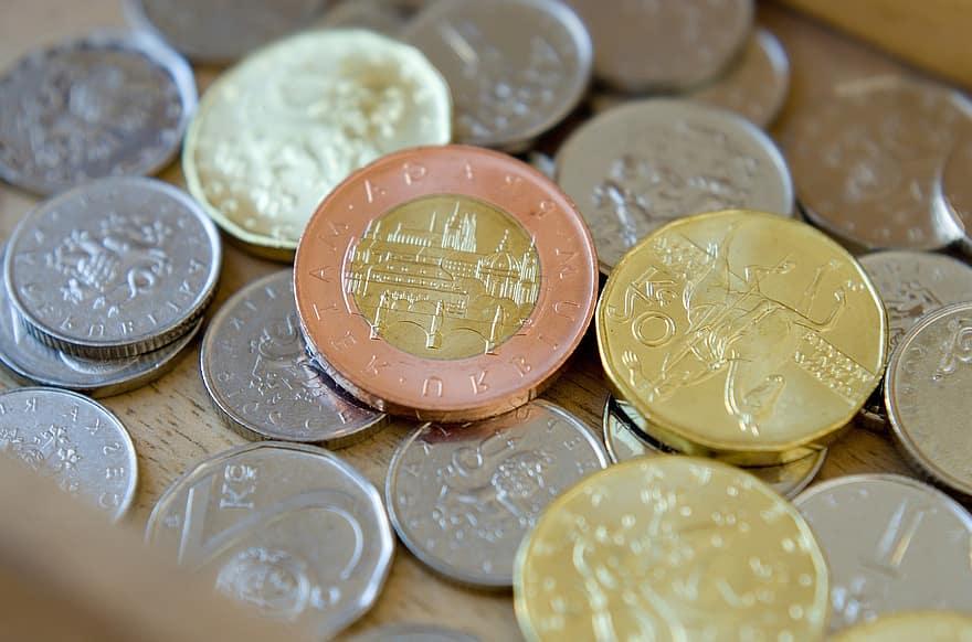 Čistý zisk většiny velkých tuzemských bank v prvním pololetí klesl přibližně o polovinu.