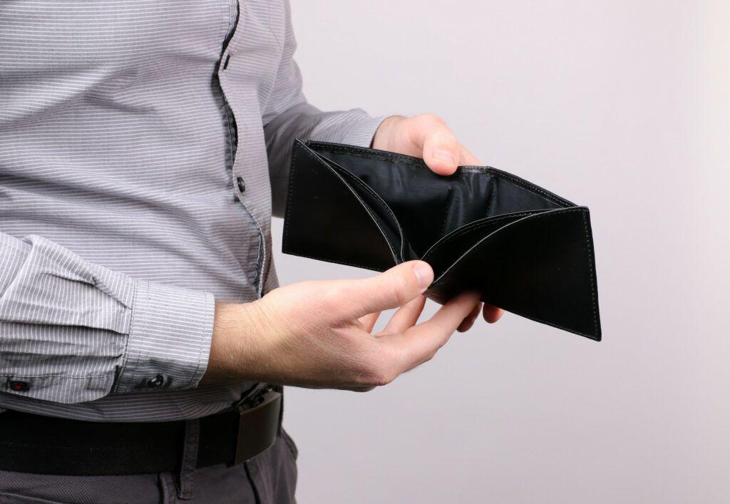 Na první pohled se nebankovní půjčky bez registru mohou zdát výhodné, jelikož na ně dosáhne téměř každý žadatel. Ve výsledku se však tento aspekt velmi nevyplácí a celá řada dlužníků končí v exekuci.