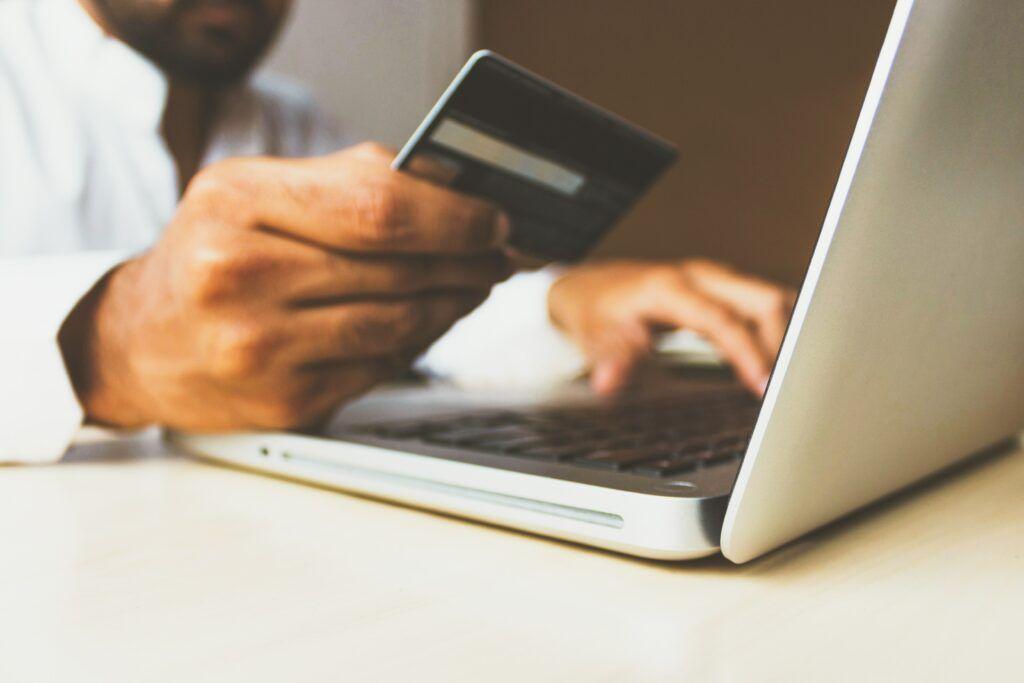 Kreditní karty představují specifický typ úvěru, který je možné čerpat do předem stanovené výše.