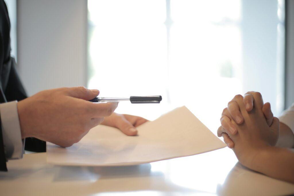 Před podpisem smlouvy o úvěru je nutné se dobře seznámit se všemi jejími náležitostmi.