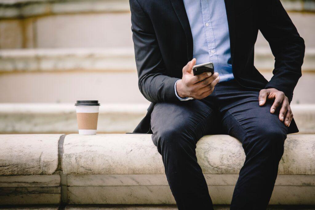 O krátkodobé půjčky lze žádat prostřednictvím webového formuláře, v některých případech i přes SMS.