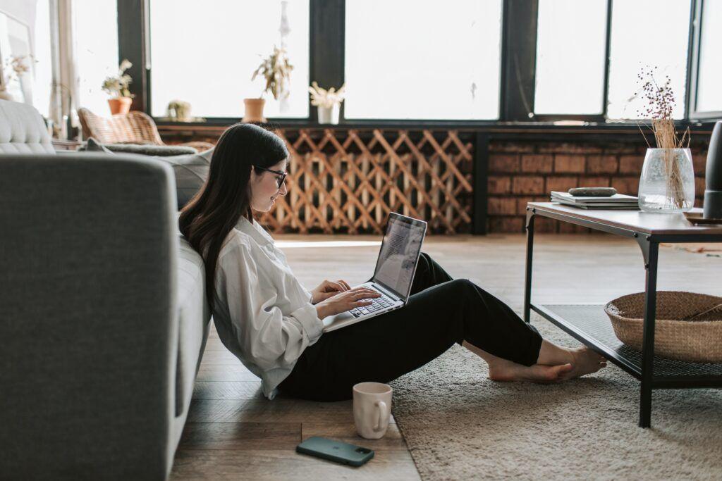 Krátkodobou půjčku lze sjednat online z pohodlí domova. Není třeba nikam chodit ani telefonovat.