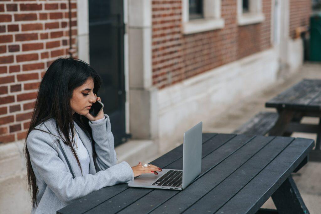 Výhodou rychlých půjček o víkendu je blesková žádost přes internet, popřípadě po telefonu nebo přes SMS.