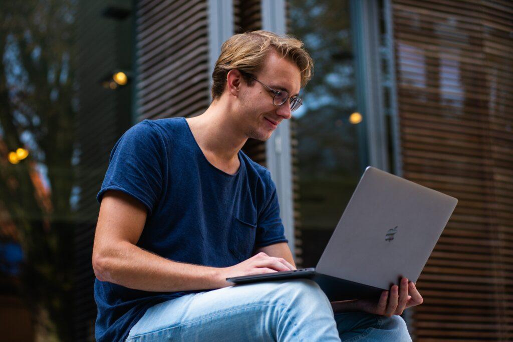 Některé nebankovní společnosti nabízejí půjčky zdarma pro nové klienty. Žádost lze stejně jako u jiných nebankovních půjček podat online.