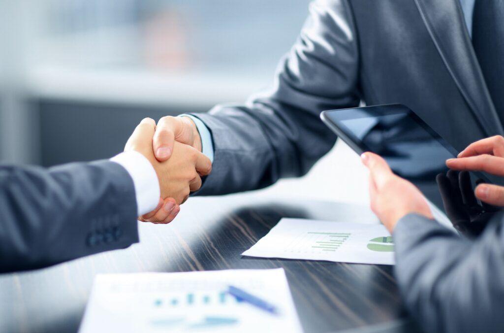 Instituce ve snaze získat spokojené klienty nabízí i nadstandardní podmínky, jako je například delší doba splácení či výhodnější úrokové sazby.