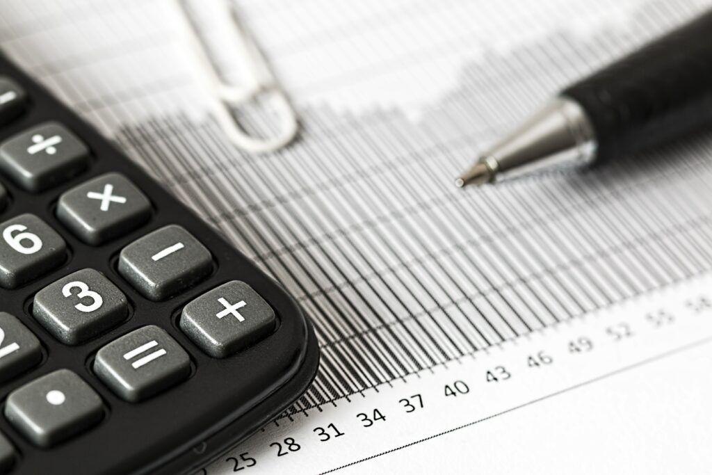 Před konsolidací půjček je důležité zjistit si, jaké půjčky je možné u dané společnosti sloučit, jak vysoký je úrok a jak dlouhá je doba splácení.